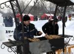 Угощение гостей шашлыками