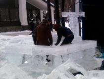 Процесс сборки ледяной беседки