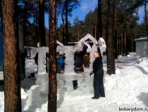 Ледяная беседка в процессе сборки