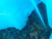 Фонтан, бьющий внутри ледяной башни