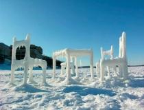 Замерзшая мебель Хонгтао Жоу на озере Мендота