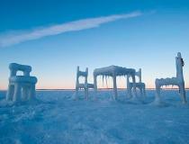 Мебель изо льда  на поверхности озера