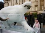 Скульптура медведя изо льда фото-2