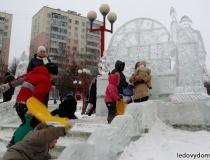 Новогодняя ледяная горка