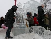 Ледяная композиция с часами
