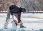 Выпиливание блоков из замороженного озера