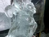 Ледяная скульптура обезьяны промежуточный этап-2