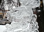 Ледяная скульптура со сказочным персонажем
