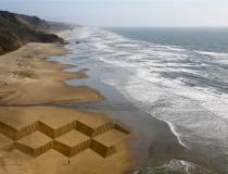 Графический рисунок на пляже в виде ромбов