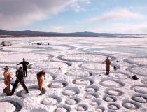 Процесс нанесения рисунка на ледяную поверхность