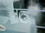 Часы изо льда с вырезанным циферблатом