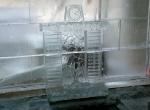 Камин с горящем огнем так же выполнен изо льда