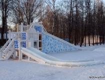 Ледяные горки на деревянном каркасе