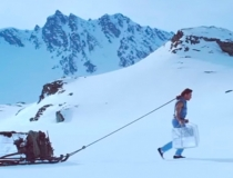 Ван Дамм тащит на себе ледяные блоки