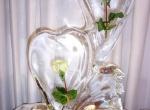 Два ледяных сердца с вмороженными цветами