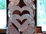 Символы свадебной церемонии выполненные во льду