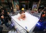 Ледяной человек в колбу со льдом