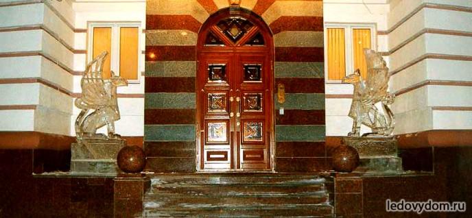 Грифоны изо льда украшающие главный вход
