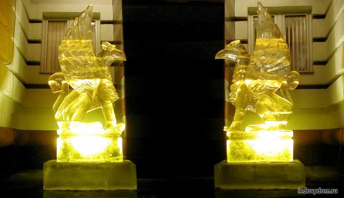 Ледяные скульптуры грифонов