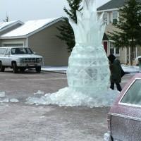 Необычная ледяная скульптура Ананас фото