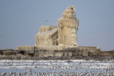 Ледяной маяк на озере Эри