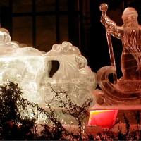 Новогодняя ледяная скульптура Дед Мороз и Снегурочка