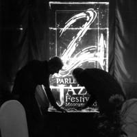 Логотип изо льда в интерьере джаз-фестиваля