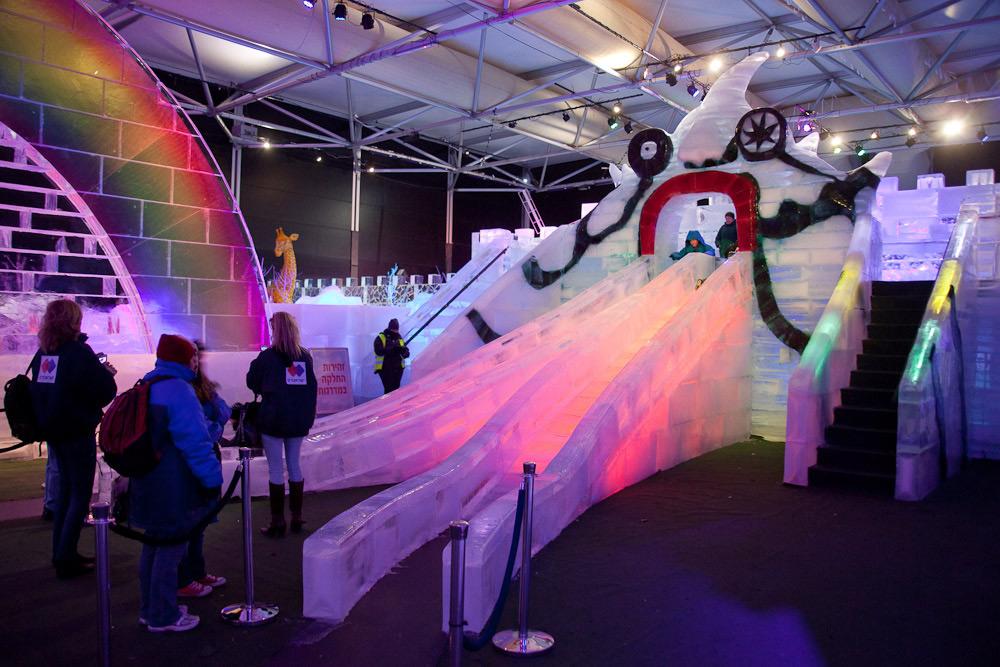 Двускатная ледяная горка на фестивале в Иерусалиме