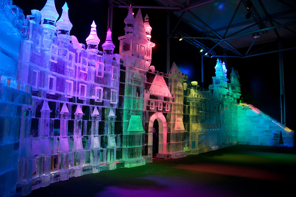 Фасад ледяного дворца при входе на фестиваль