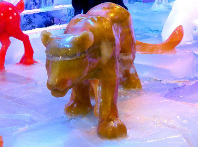 Скульптуры из цветного льда