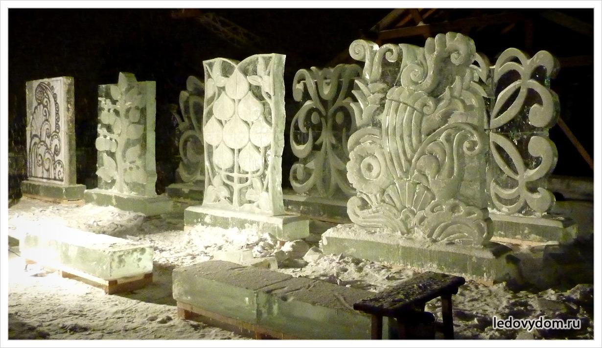 Скульптуры изо льда из цветочных орнаментов