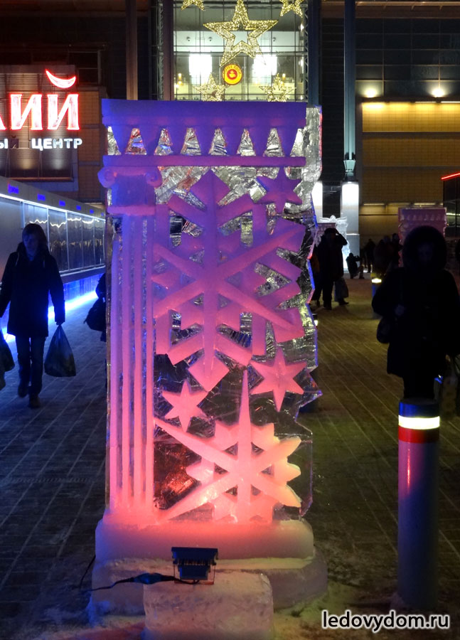 Ледяная стела подсвеченная синим цветом