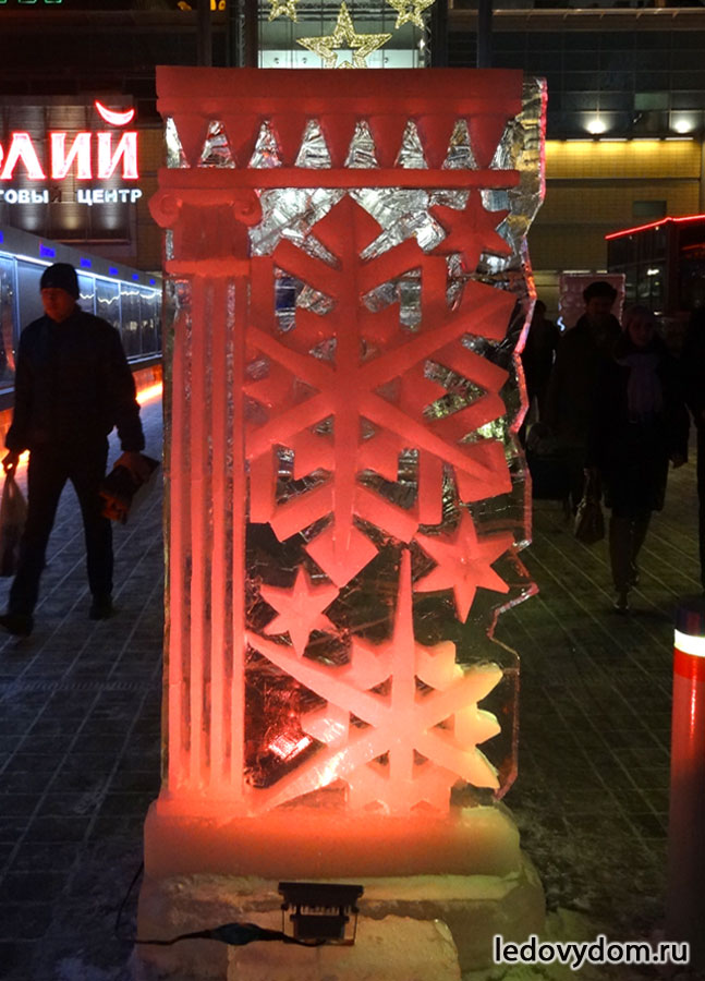 Ледяная стела подсвеченная красным
