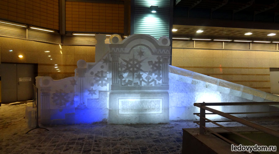 Ледяная горка у ТЦ Капитолий, Москва