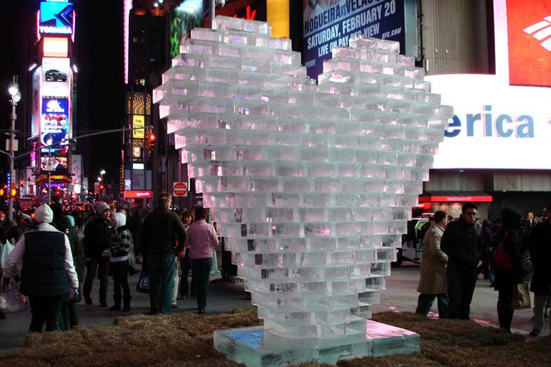Сердце из ледяных блоков на Таймс-сквер