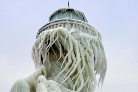 Маяки - ледяные статуи