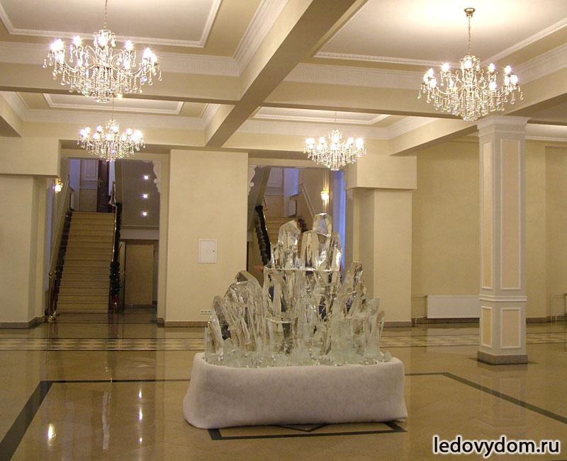 Ледяная скульптура в виде кристалла