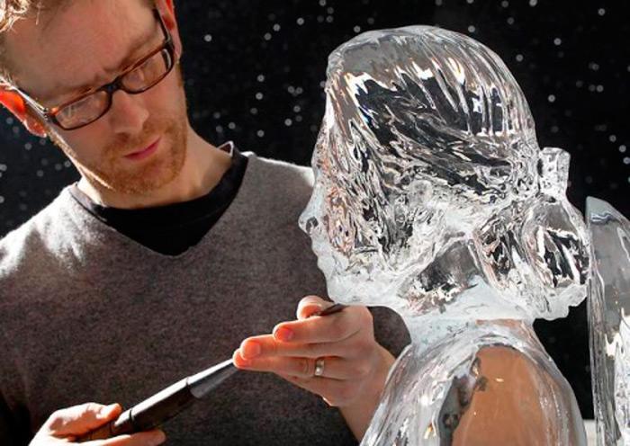 Фигура Кристен Стюарт выполненная изо льда