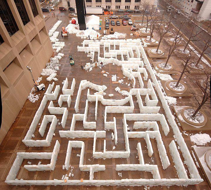 Процесс строительства ледяного лабиринта