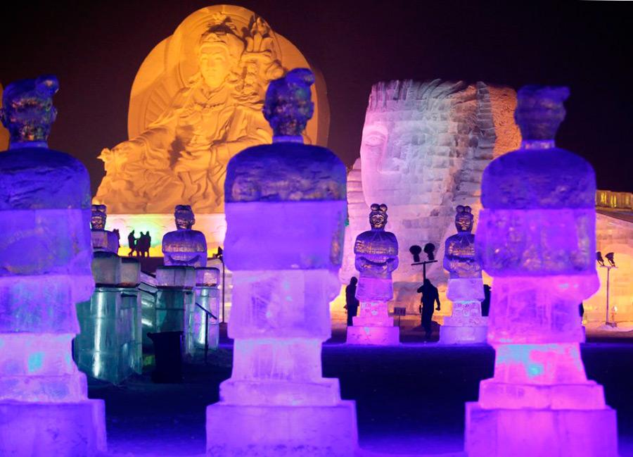 Ледяные скульптуры на площадке Мир льда
