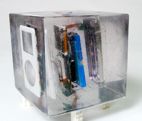Разобранный ipod во льду