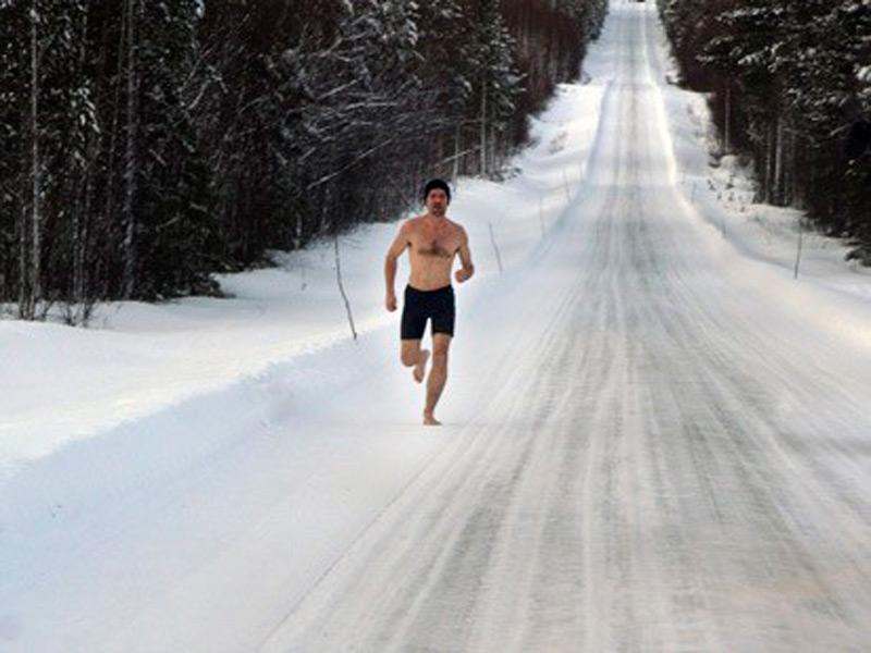 Голландец пробежал марафон в одних шортах  при -20 градусах