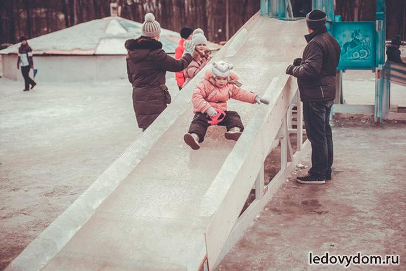 Ледяная горка на деревянном каркасе