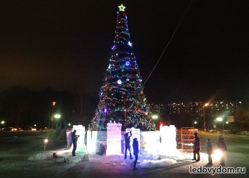 Ледяные стелы вокруг новогодней елки