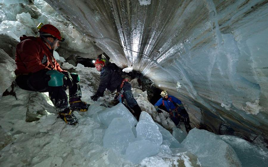 Это первая экспедиция внутрь ледника