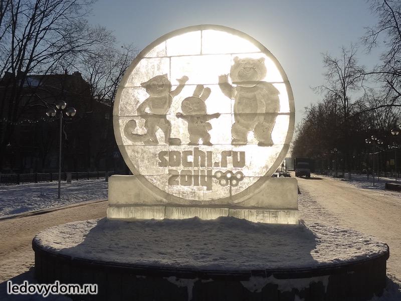 Ледяная стела с изображением олимпийских талисманов