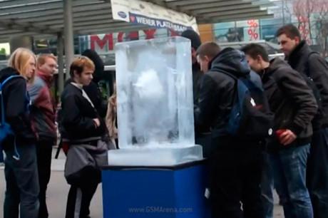 Nokia Lumia в ледяном блоке