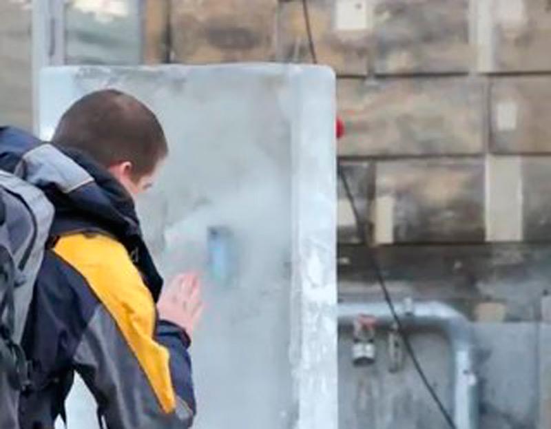 Перед магазинами были размещены ледяные блоки, с вмороженными в них телефонами
