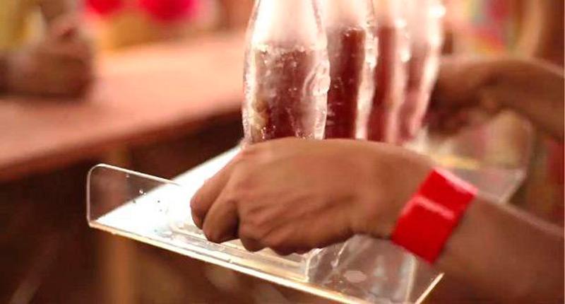 Ледяные бутылки сделаны в классическом стиле