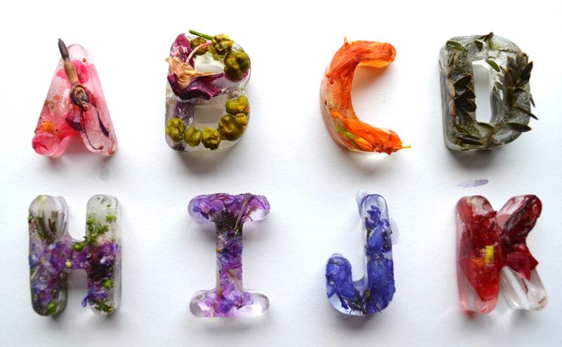 Каждая буква составлена из цветков, листьев и плодов из сада Петры